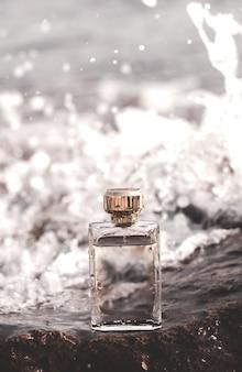 Bottiglia di profumo su un'onda del mare