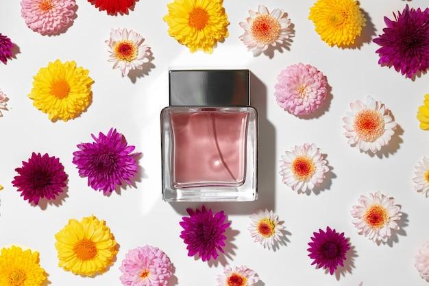Bottiglia di profumo per le donne in boccioli di fiori da vicino