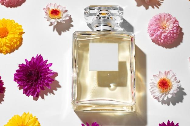 Bottiglia di profumo per donne in boccioli di fiori