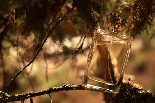 Bottiglia di profumo su sfondo giallo natura