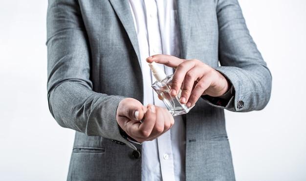 Profumo o bottiglia di colonia e profumeria, cosmetici, bottiglia di profumo, colonia maschile. profumo maschile, uomo barbuto in completo. maschio che sostiene una bottiglia di profumo. profumo uomo, fragranza.