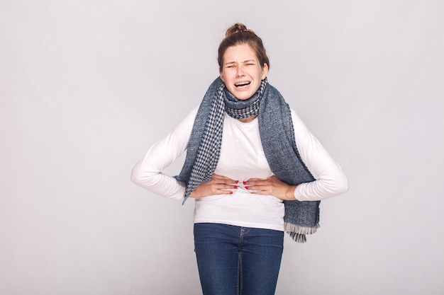 Periodi, mensili, mensili concetto. la giovane donna ha uno stomaco. foto in studio