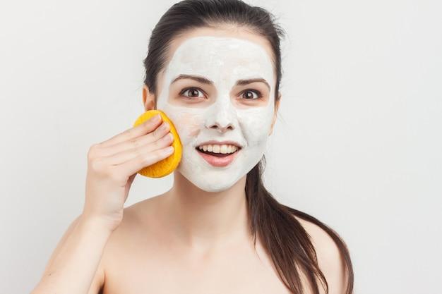 Bruna vivace con trattamenti termali di ringiovanimento della maschera facciale