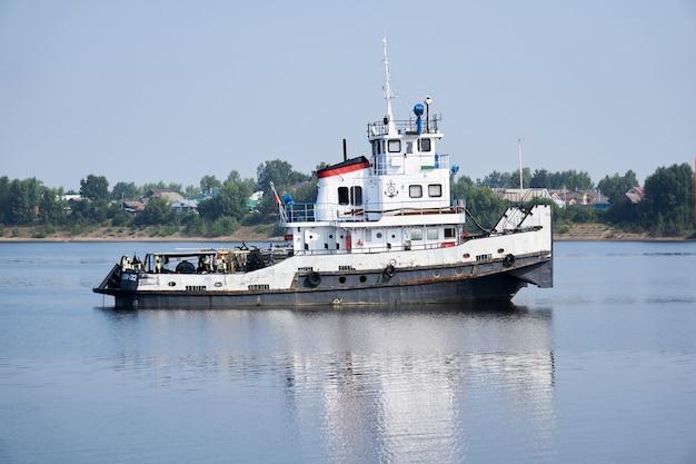 Perm krai, russia - 27 luglio 2020: rimorchiatore sul fiume kama