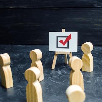 Una persona agita le persone e i dipendenti per votare in un'elezione o in un referendum propaganda per la risoluzione dei problemi di razza politica