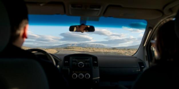 Persona che guida un'auto sulla strada, patagonia, cile