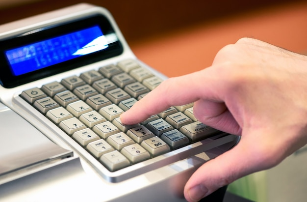 Persona che accede a una vendita su un registratore di cassa