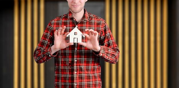 Una persona in possesso di un concetto di icona della casa di sicurezza e protezione della casa dolce