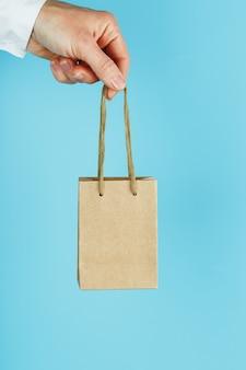 Persona in possesso di sacchetto di carta