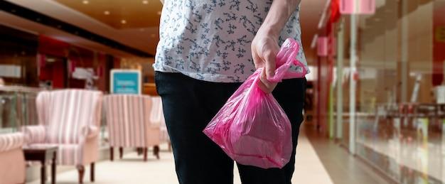 Una persona in possesso di un sacchetto di plastica, concetto di riciclaggio riutilizzato