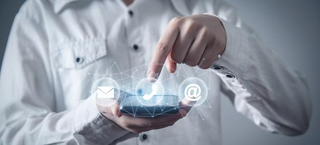 Persona in possesso di smartphone. contatto. social media. internet