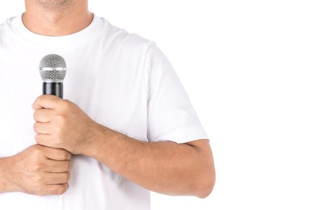 Persona in possesso di microfono wireless