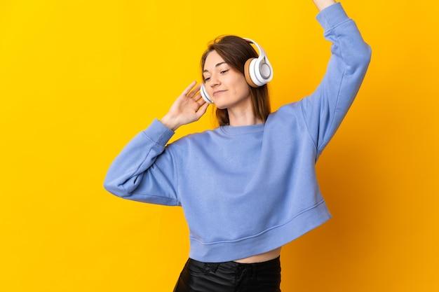 Persona che ascolta musica su sfondo isolato
