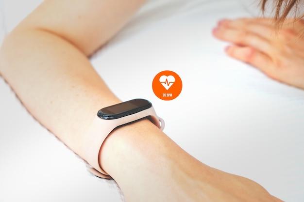 La persona guarda attraverso la frequenza cardiaca su uno smartwatch.