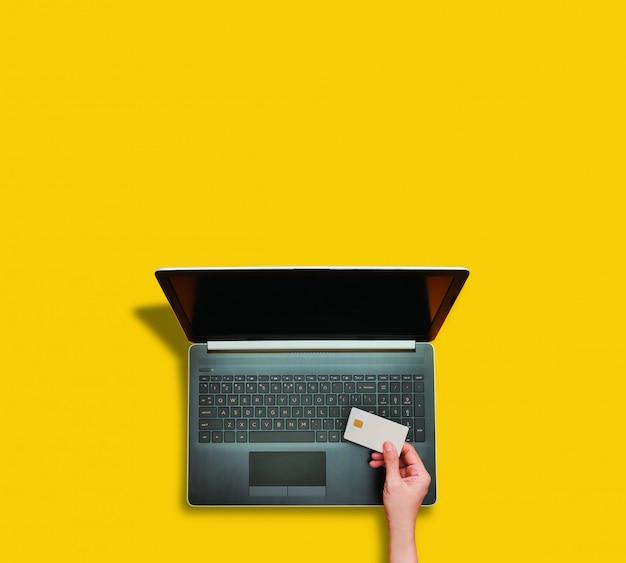 Persona che effettua il pagamento online utilizzando il computer portatile per lo shopping