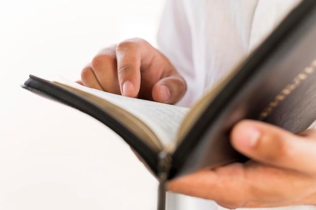 Persona che legge dal libro sacro