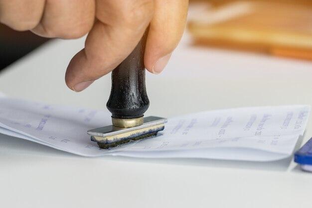 Timbro della mano della persona sul modulo di domanda approvato o notaio in ufficio