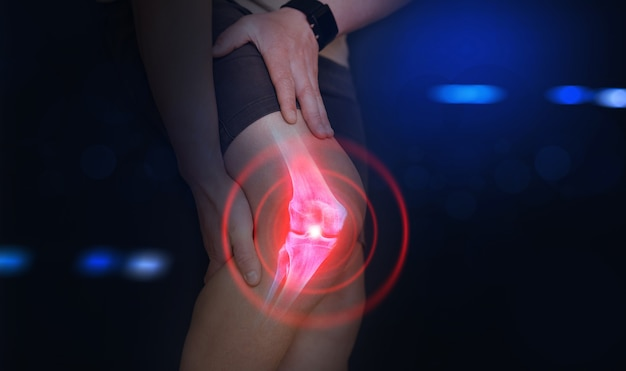 Persona che soffre di dolore al ginocchio osso digitale sul piede umano lesione causata dall'allenamento tendine