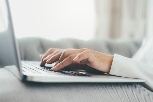 Persona che utilizza il computer portatile