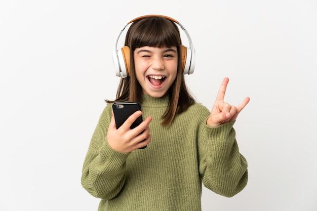 Persona che utilizza il telefono cellulare su sfondo isolato