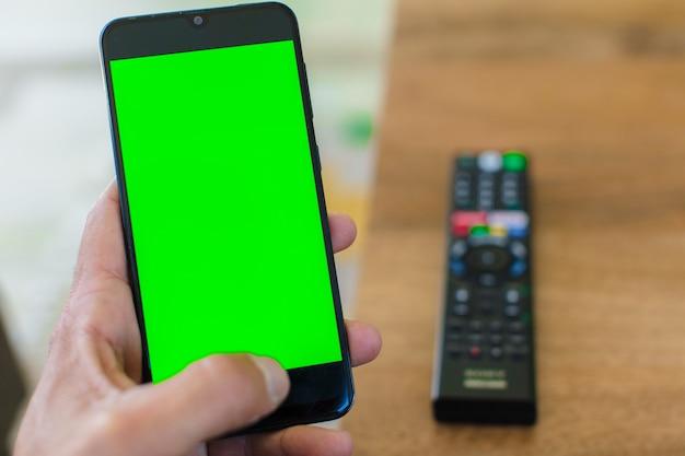 Persona che utilizza smartphone con schermata chiave di crominanza vuota