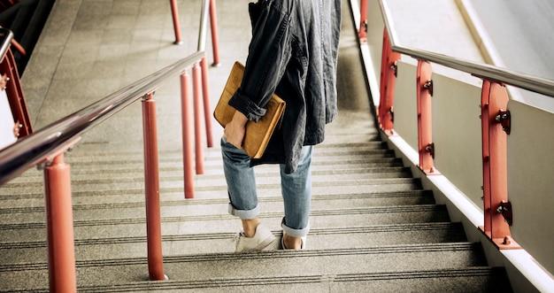Persona che cammina giù per le scale