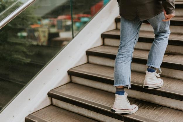 Persona che cammina di sopra
