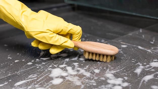 Persona che indossa guanti di protezione e pulizia