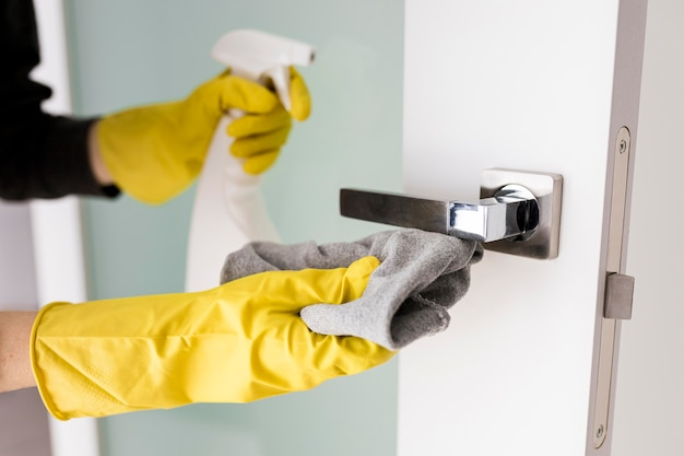 Persona che indossa guanti protettivi e svolge lavori domestici