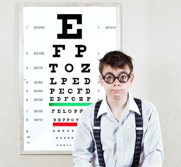 Persona che indossa gli occhiali in un ufficio dal medico