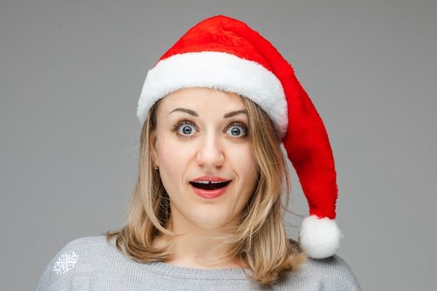 Persona con uno spazio tra i denti che apre ampiamente gli occhi e guarda avanti con grande shock. anno nuovo concetto