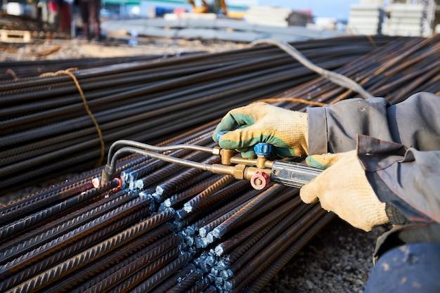 Una persona lavora con saldatura, scintille, primo piano, costruzione