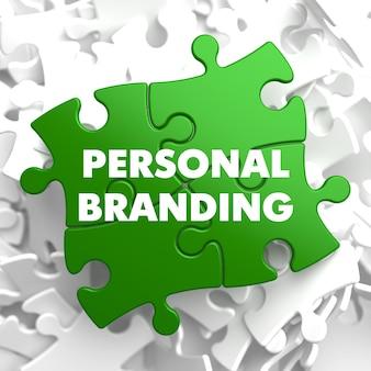 Personal branding su puzzle verde su sfondo bianco.