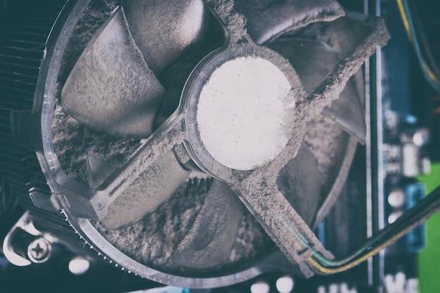 Ventola di raffreddamento sporca dell'unità del personal computer con polvere all'interno. concetto di parti di computer rotto