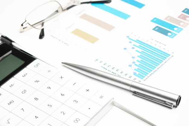 Scena delle finanze personali con calcolatrice, penna, occhiali,