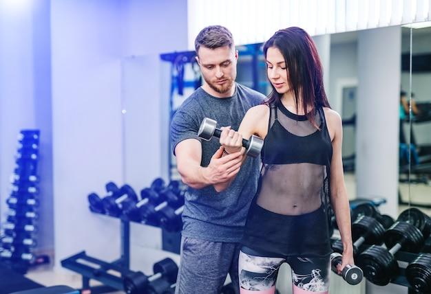 Istruttore di fitness personale che assiste una donna