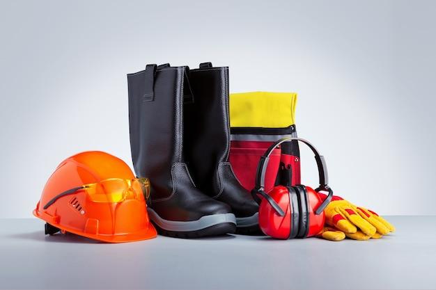 Dispositivi di protezione individuale su superficie grigia. sicurezza sul concetto di lavoro.