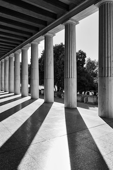 Prospettiva di colonne classiche, atene, grecia