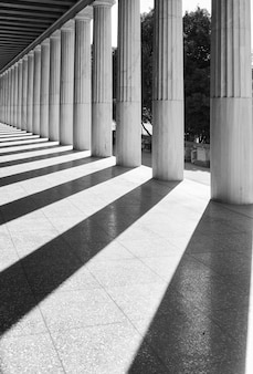 Prospettiva delle colonne greche classiche, atene, grecia. fotografia di architettura in bianco e nero