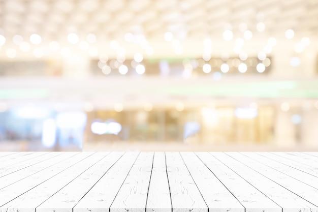 Prospettiva vuota tavola di legno bianca sulla parte superiore