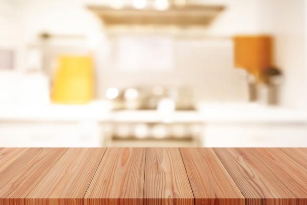 Tavolo in legno vuoto in prospettiva sulla parte superiore su sfondo sfocato, può essere utilizzato come modello per la visualizzazione dei prodotti di montaggio o il layout del design.