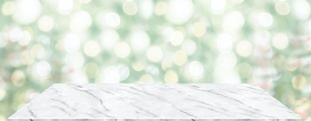 Tavolo in marmo prospettiva con sfocatura albero di natale decorare la luce delle corde