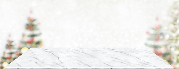 Tavolo in marmo prospettiva con sfocatura albero di natale