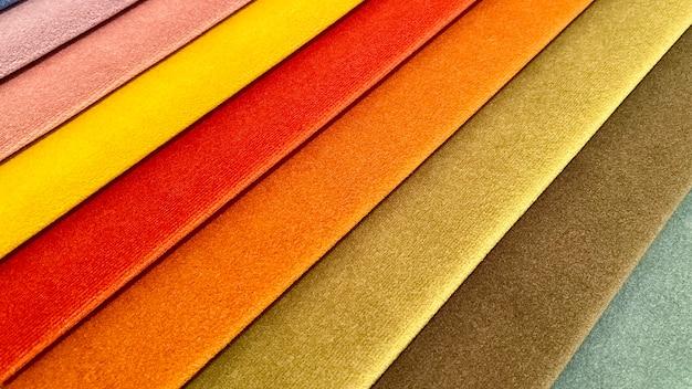 Prospettiva di una tavolozza di campioni di tessuto di sfumature multicolori. sfondo, trama
