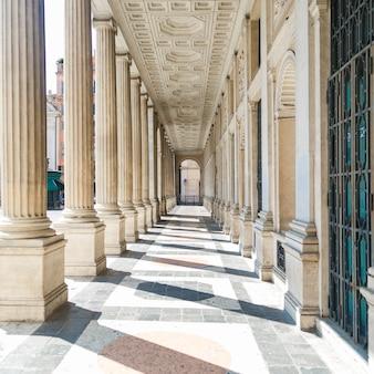 Vista prospettica del colonnato romano classico. dettagli architettonici dell'edificio.