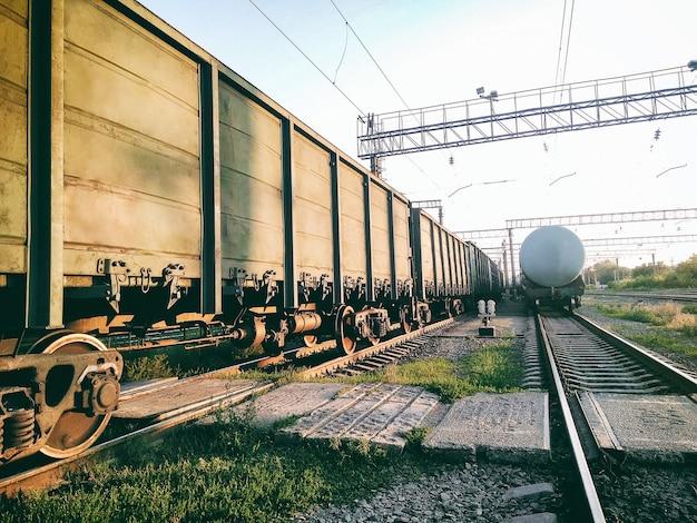Vista prospettica di vagoni ferroviari industriali e cisterna dell'olio sulla stazione ferroviaria