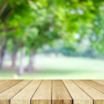 Legno di prospettiva e sfocatura dello sfondo della natura del parco all'aperto