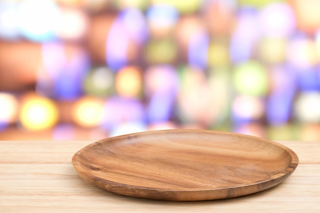 Prospettiva tavolo in legno e vassoio in legno in cima sopra sfocatura bokeh sfondo chiaro