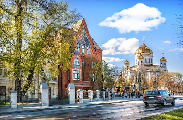 L'edificio di appartamenti di pertsova sull'argine del fiume moskva e la cattedrale di cristo salvatore a mosca in una soleggiata giornata estiva