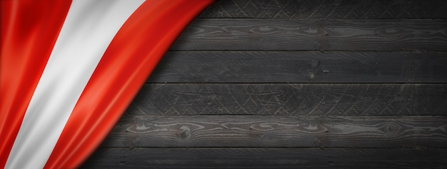 Bandiera del perù sul muro di legno nero. banner panoramico orizzontale.